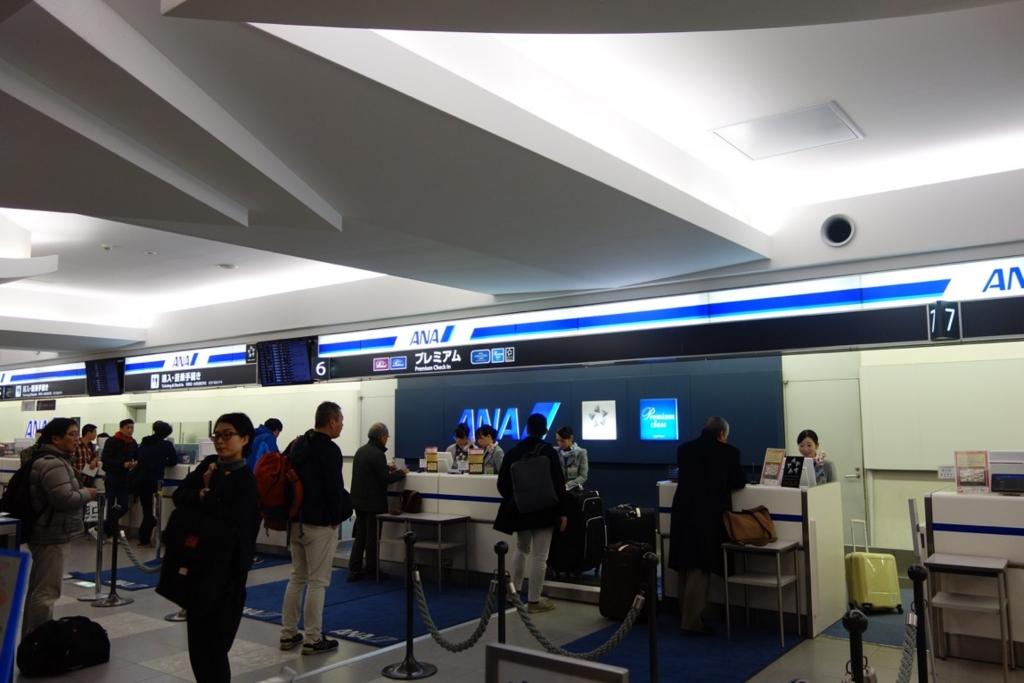 国内線の空港のチェックインカウンター