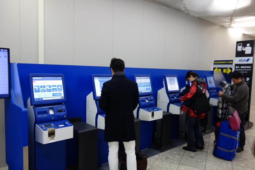 国内線の空港の自動チェックイン機
