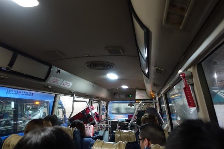 シャトルバスの車内の様子1