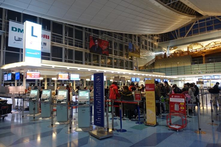 国際線の空港のチェックインカウンター