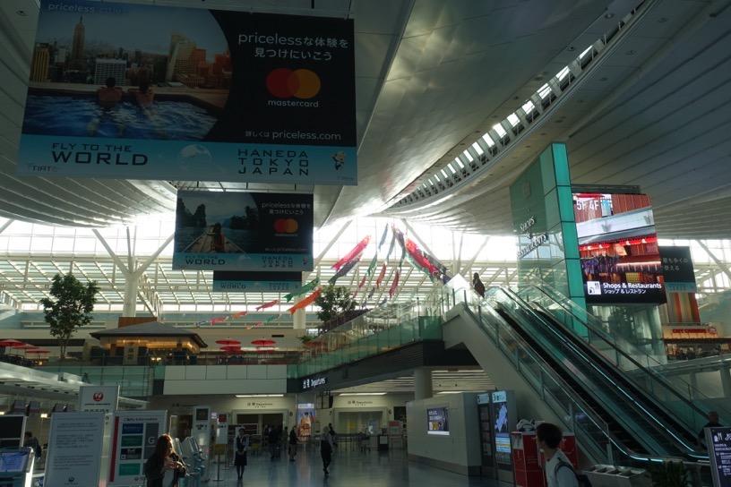 国際線の空港ロビー