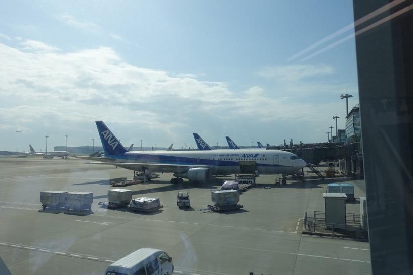 国際線の空港の飛行機