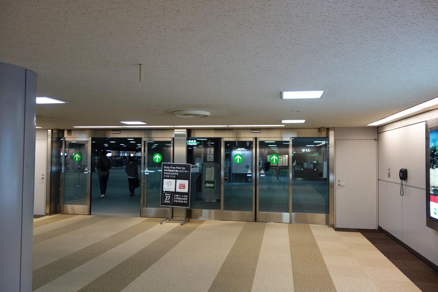 国際線の空港の出国審査
