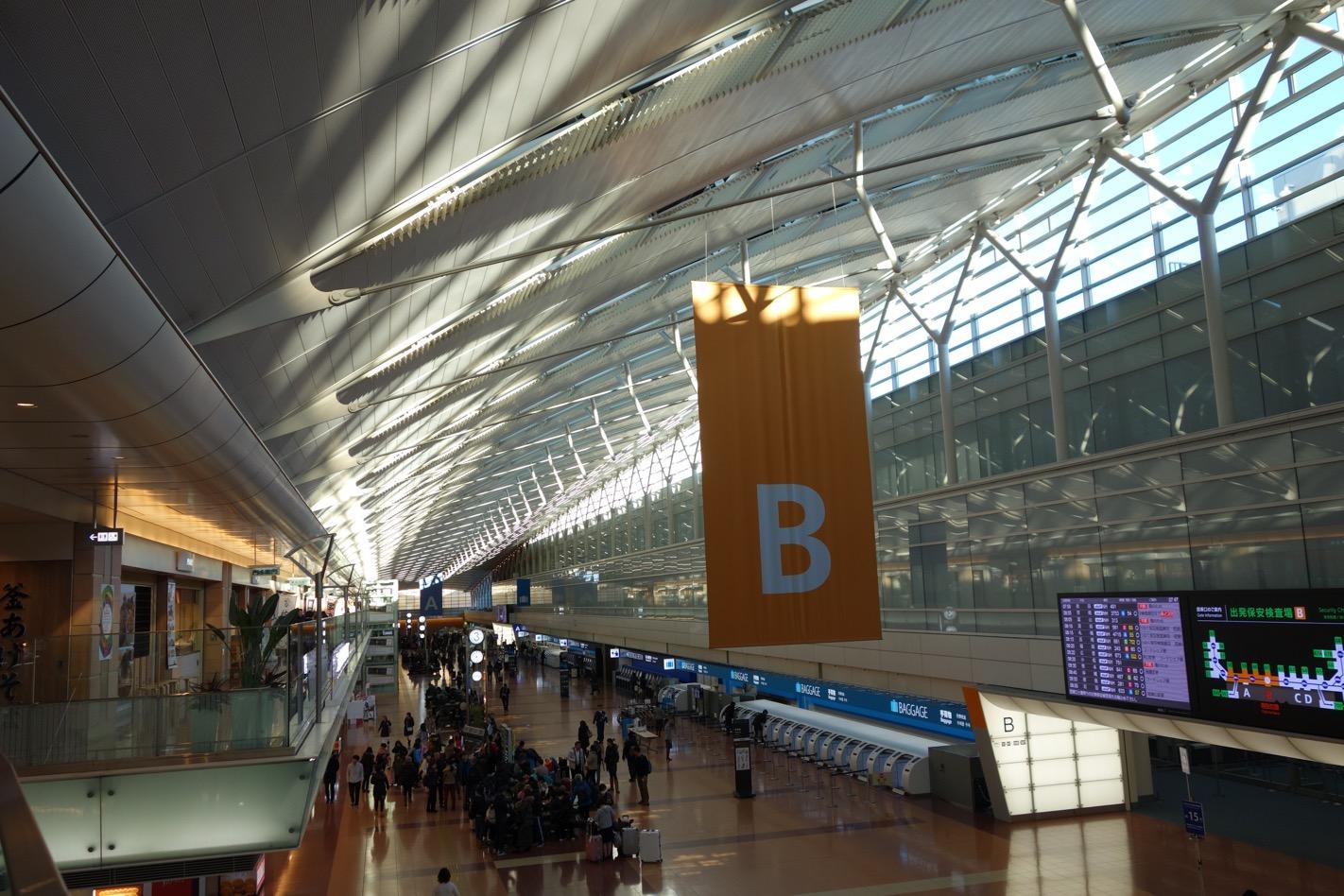 国内線の空港のロビー