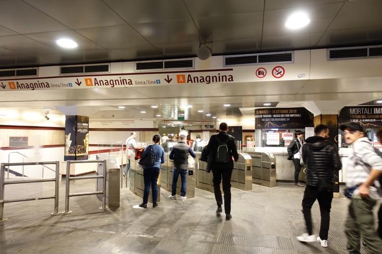 ローマの地下鉄:改札口の様子