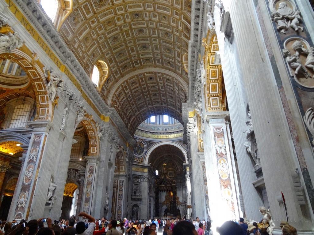 サン・ピエトロ大聖堂の内観1