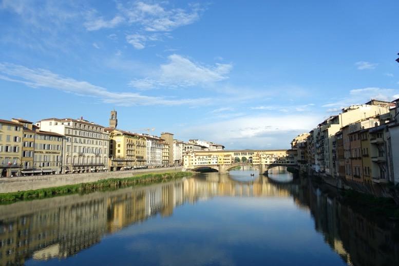 フィレンツェのアルノ川とヴェッキオ橋