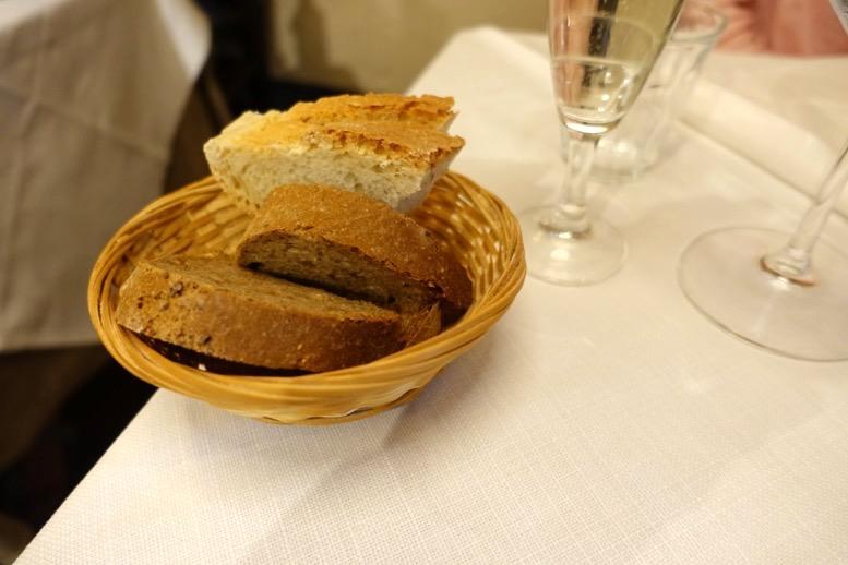 「クアトロレオーニ(4 Leoni)」のパン1