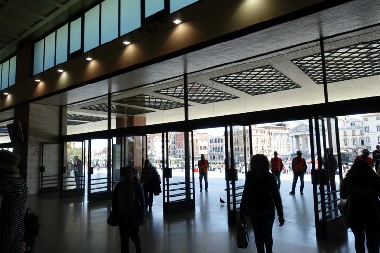 ベネチア「サンタルチア駅」の出口1
