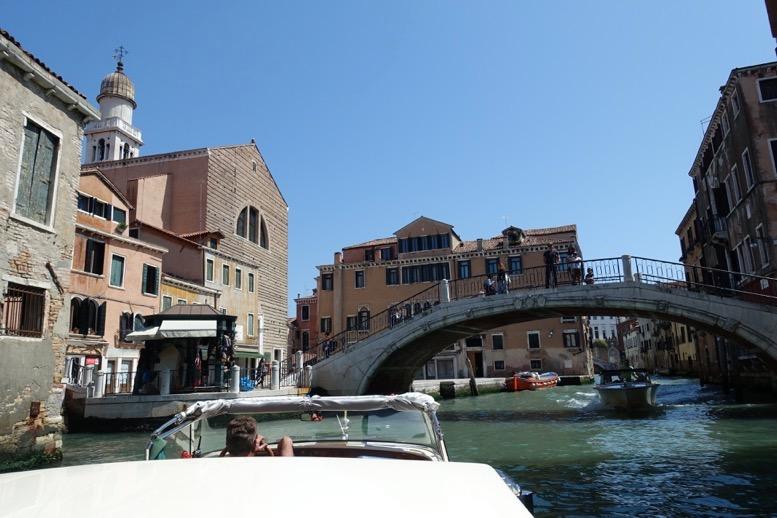 ベネチア「水上タクシー」の船上からの眺望1