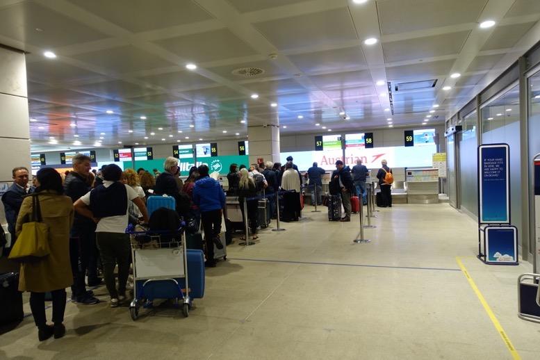 マルコポーロ空港のオーストリア航空のカウンター1
