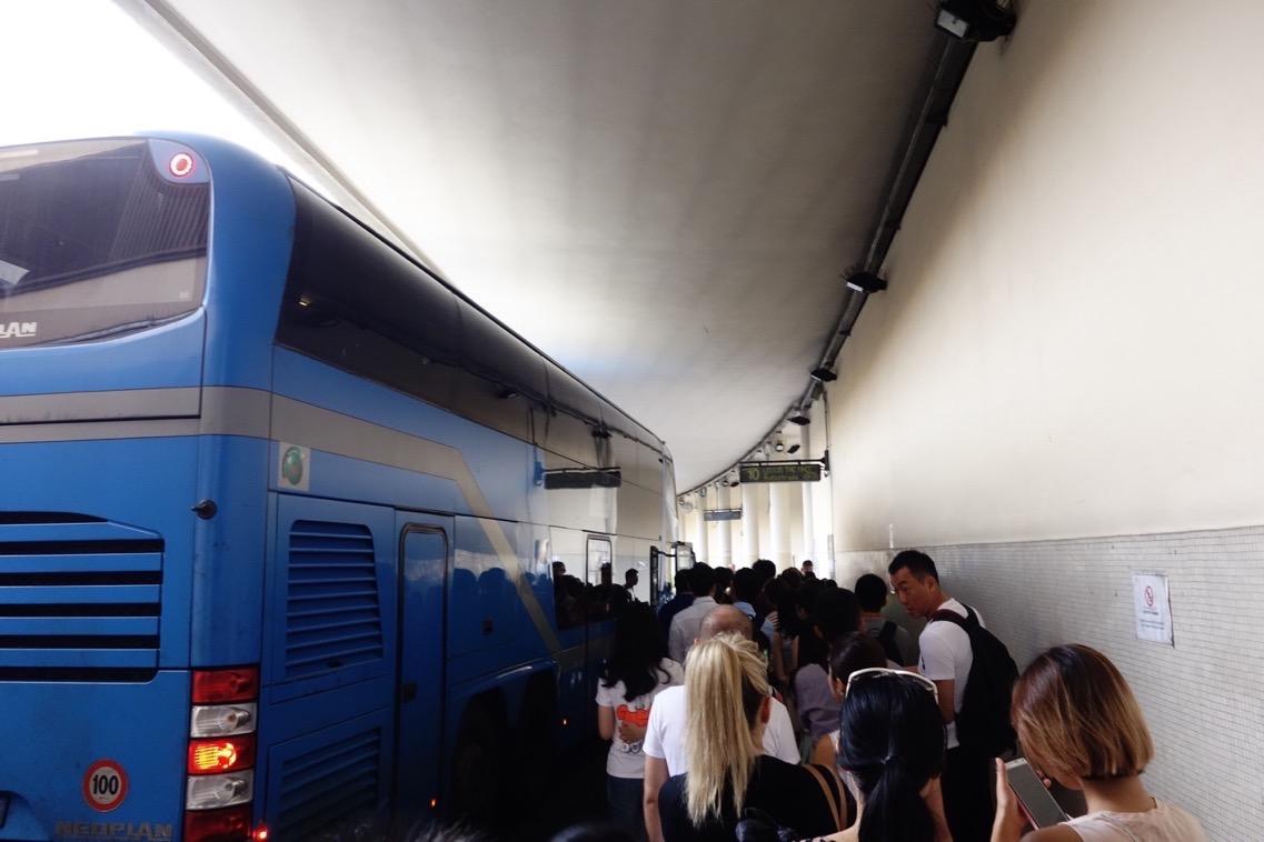 バスターミナル「BUSITALIA/SITA bus station」内のバス停