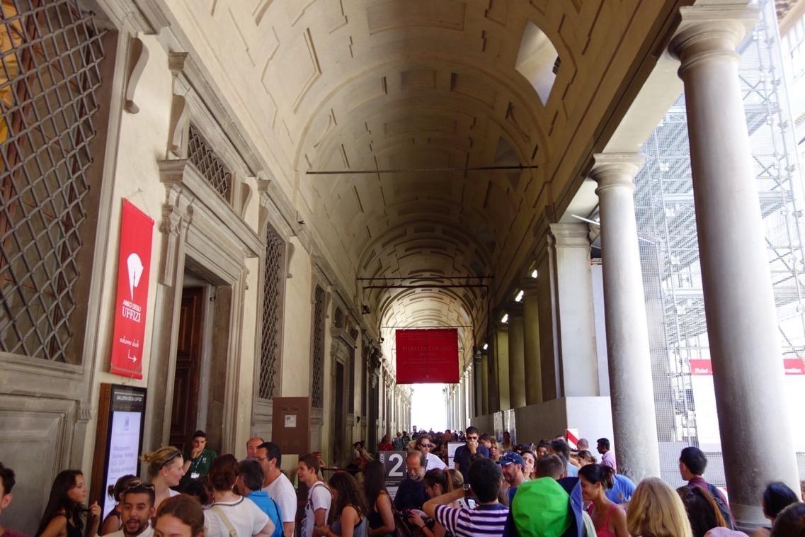 ウフィツィ美術館のチケット購入のための行列