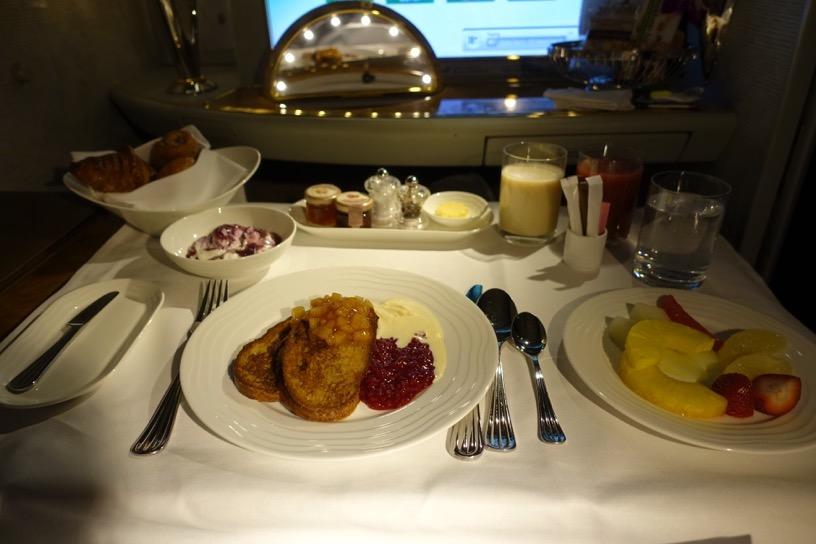 エミレーツ航空ファーストクラス:機内食(朝食)1