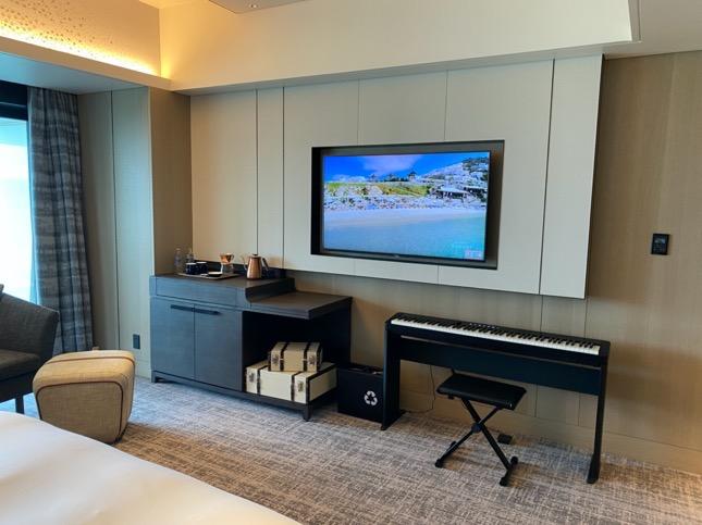 「メズム東京」の客室(テレビと電子ピアノ)