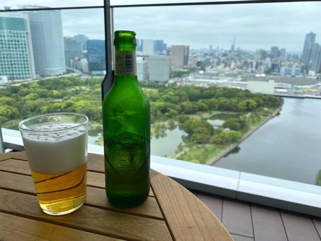 「メズム東京」のミニバー(テラスでビール)