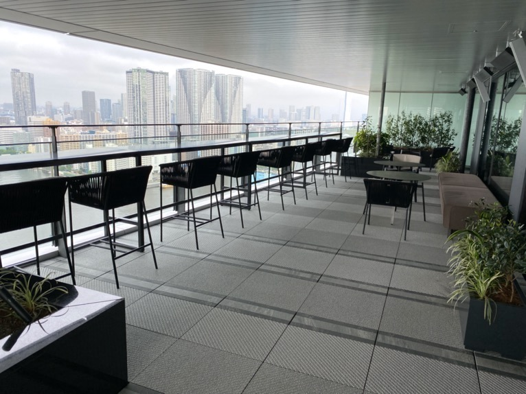 メズム東京「クラブラウンジ」テラスの全体像