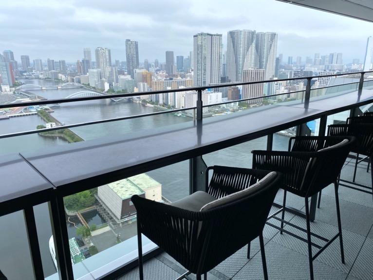 メズム東京「クラブラウンジ」テラスのカウンター席