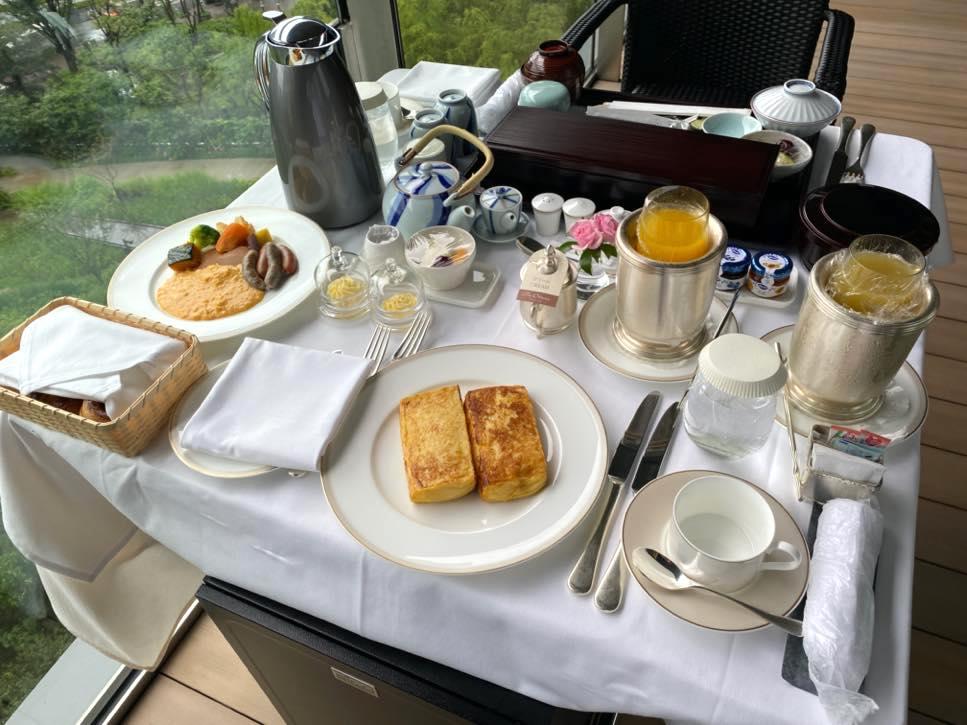 オークラヘリテージ:ルームサービスの朝食(全体像2)