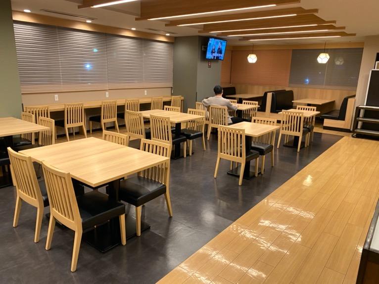 ドーミーインPREMIUM東京小伝馬町「夜鳴きそば」:Hatagoのテーブル&チェア