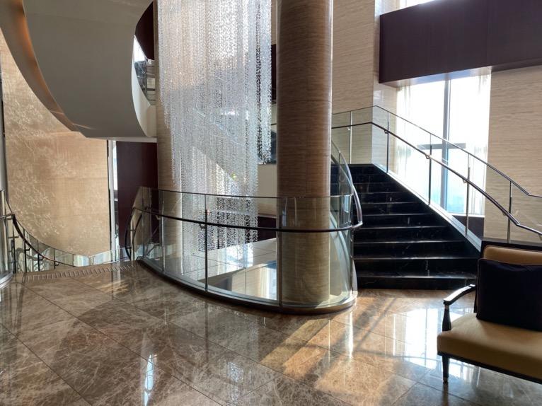 シャングリ・ラ ホテル東京「ロビー」吹き抜け階段