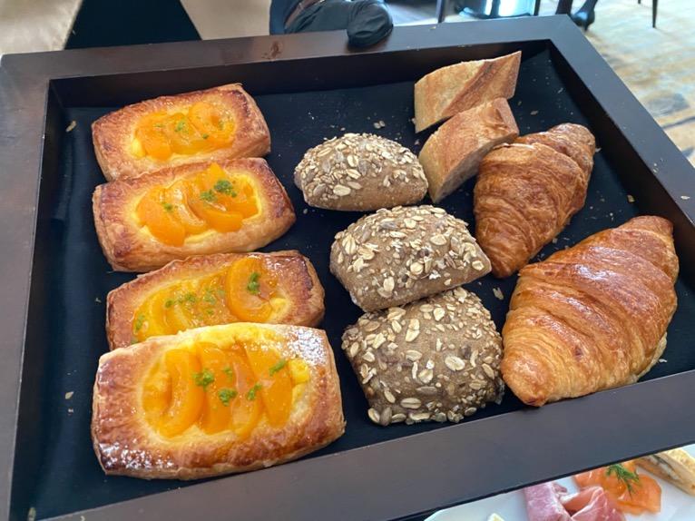 シャングリ・ラ ホテル東京「クラブラウンジの朝食」:パンバスケット