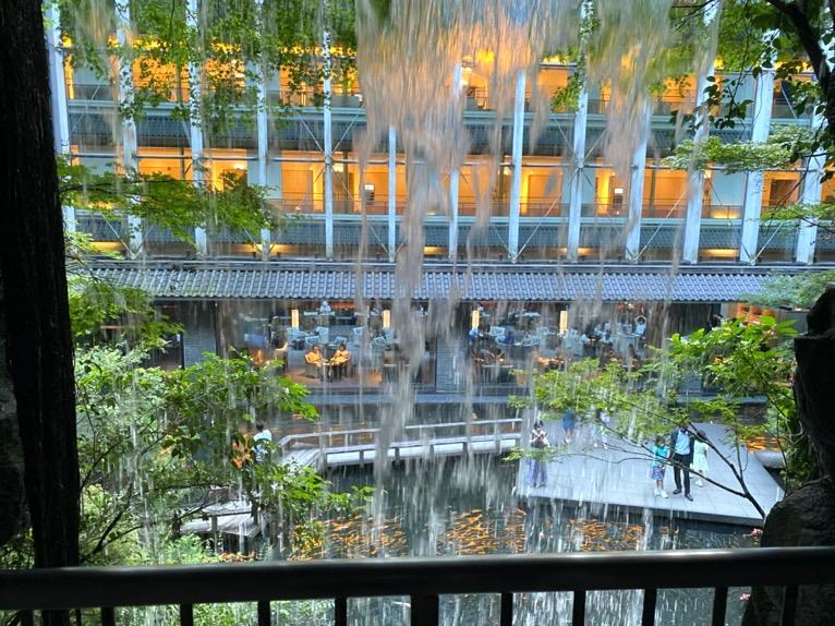 ホテル雅叙園東京:日本庭園(滝の裏)