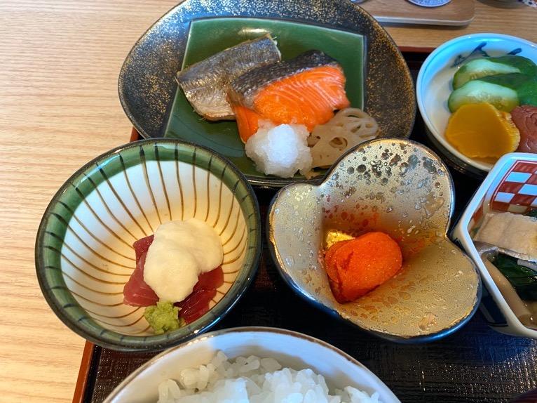 クラブラウンジ「朝食」:フード'(焼き魚、マグロの山かけ)