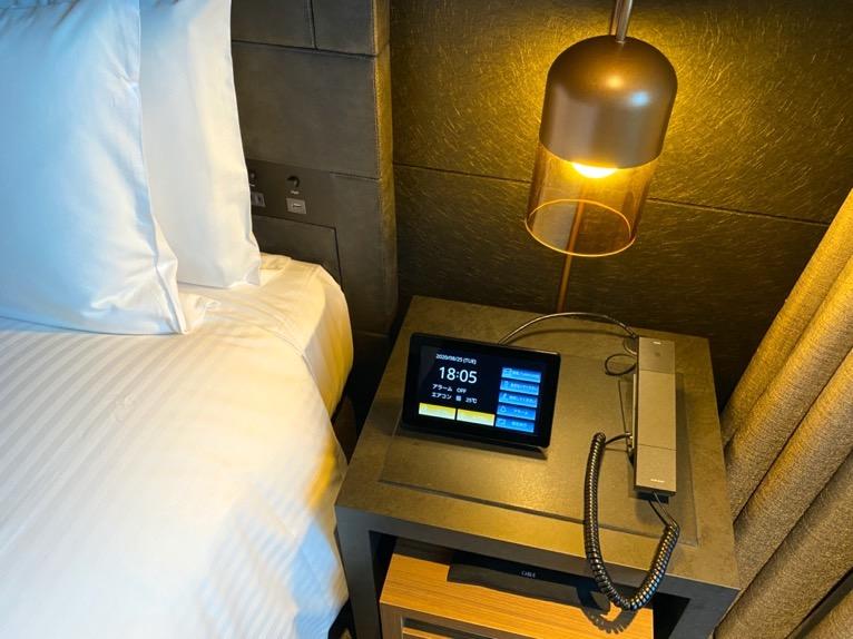 「モデレート」の客室:ベッドサイド