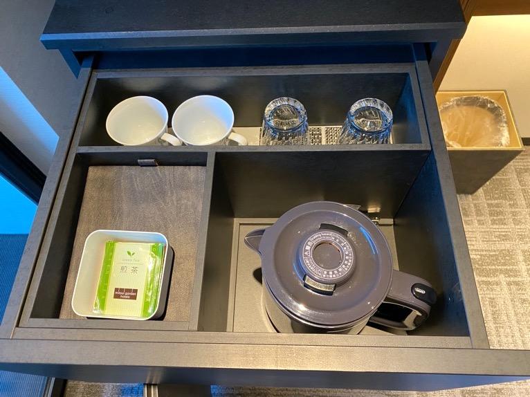 「モデレート」の客室:グラス、カップ、ポット、紅茶、日本茶