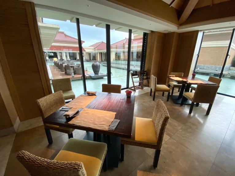ザ・リッツ・カールトン沖縄の朝食:テーブル&チェア