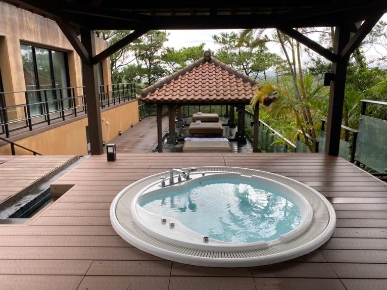 ザ・リッツ・カールトン沖縄「屋内プール」:ジャグジー