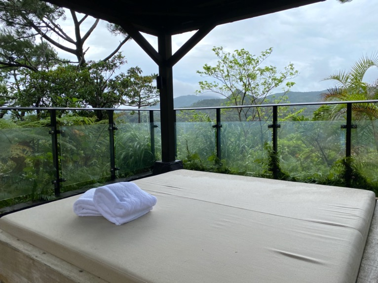 ザ・リッツ・カールトン沖縄「屋内プール」:デイベッド
