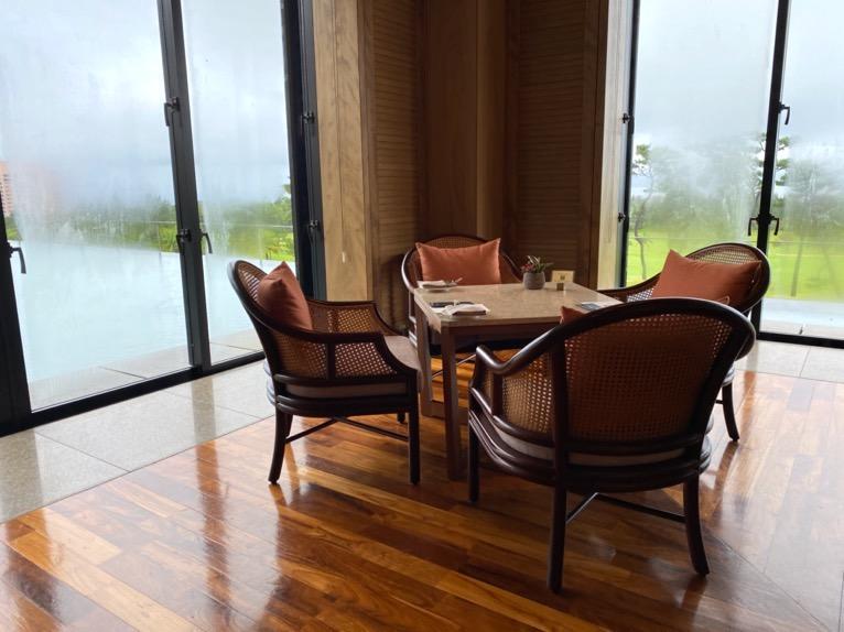 ザ・リッツ・カールトン沖縄「ザ・ロビーラウンジ」:テーブル席
