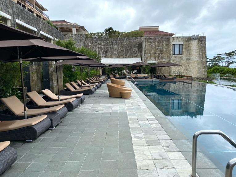 ザ・リッツ・カールトン沖縄「屋外プール」:デッキチェア