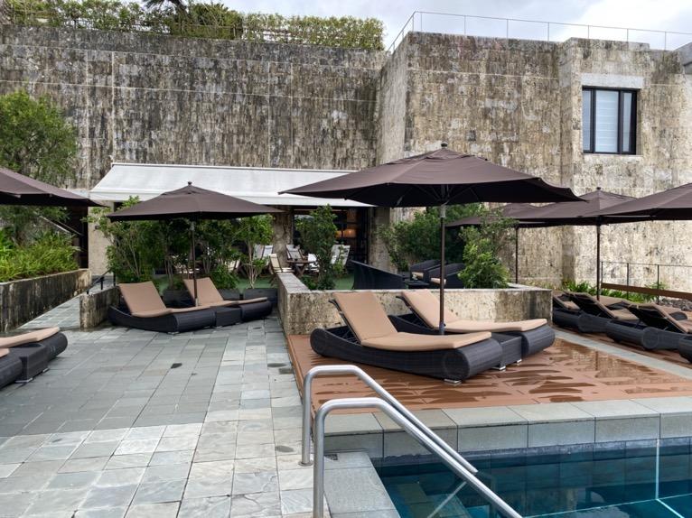 ザ・リッツ・カールトン沖縄「屋外プール」:テラス