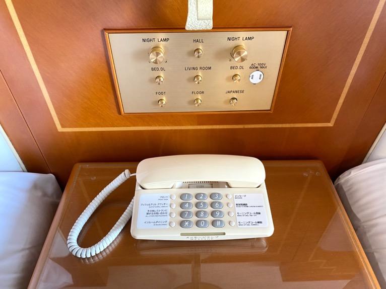 オキナワ マリオット リゾート&スパ「客室」:ベッドサイド
