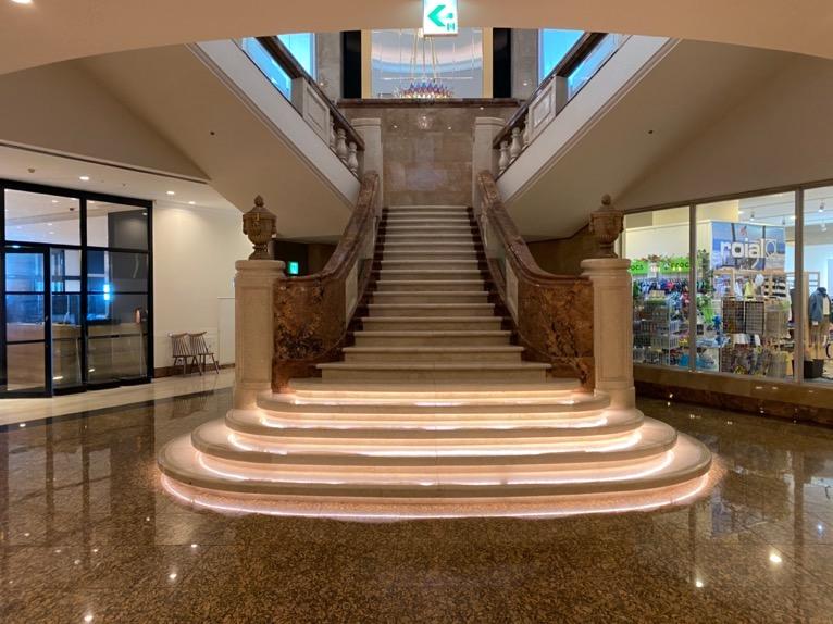 オキナワ マリオット リゾート&スパ「ロビー」:階段