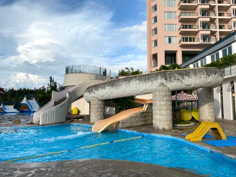 マリオット沖縄「プール」:屋外ガーデンプールのスライダー(下から)