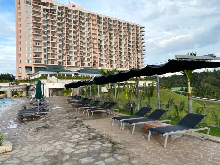 マリオット沖縄「プール」:屋外ガーデンプールのデッキチェア