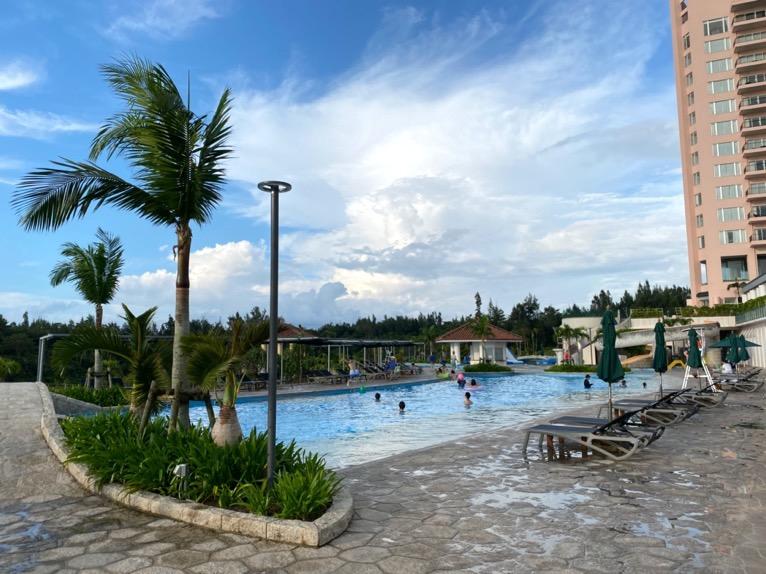 マリオット沖縄「プール」:屋外ガーデンプールのプールサイド