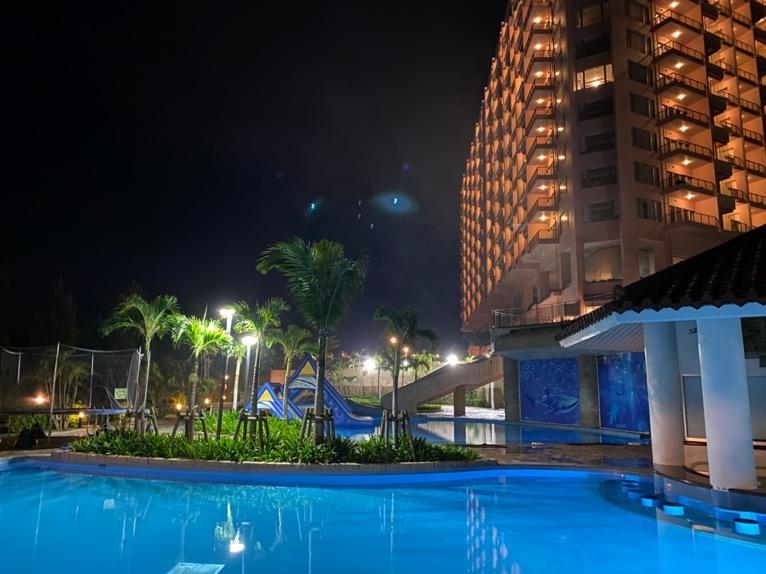 マリオット沖縄「プール」:屋外ガーデンプールの夜景