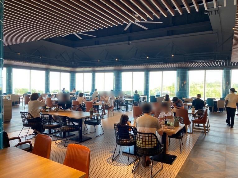 オキナワ マリオット リゾート&スパの朝食「クワッチー」:テーブル&チェア