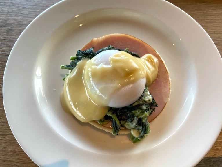 オキナワ マリオット リゾート&スパの朝食「クワッチー」:エッグベネディクト