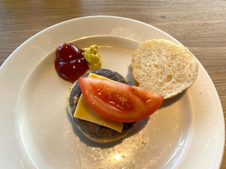 オキナワ マリオット リゾート&スパの朝食「クワッチー」:マリオットバーガー(ミニ)