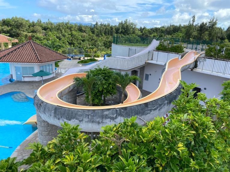 マリオット沖縄「プール」:屋外ガーデンプールのスライダー(上から)
