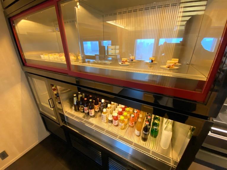 ザ・キャピトルホテル東急「クラブラウンジ」:冷蔵庫(全体像)