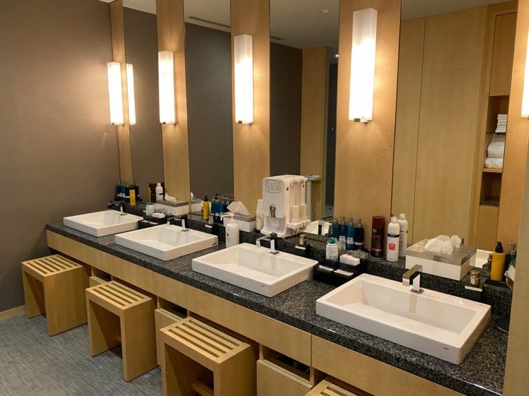 ザ・キャピトルホテル東急のプールとサウナ、ジム:洗面台