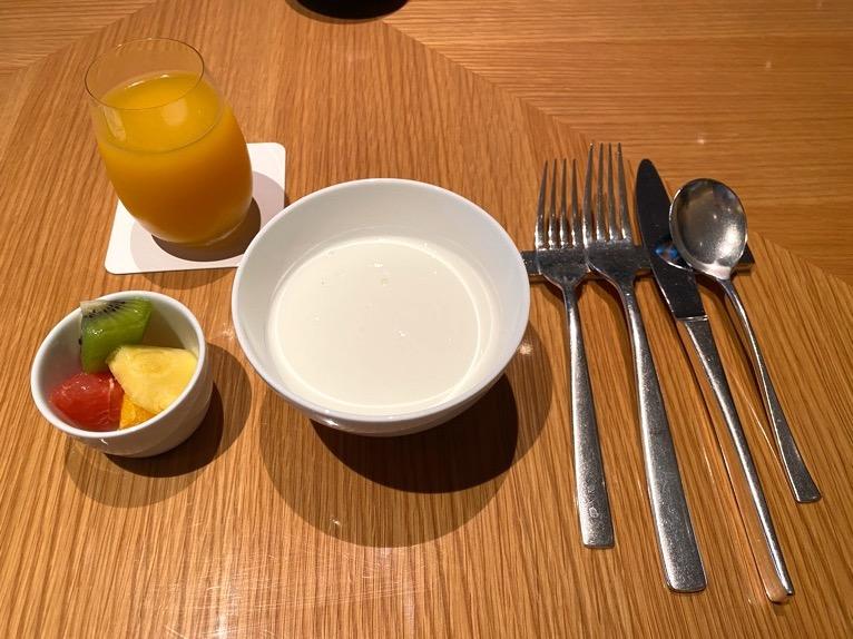ザ・キャピトルホテル東急の朝食「洋食」:ドリンク、フルーツ、ヨーグルト