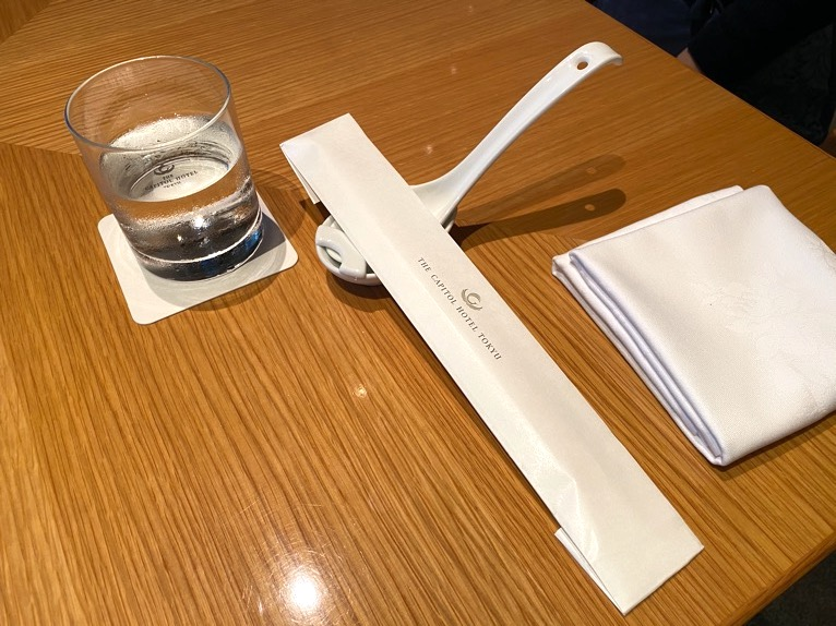 レストラン「オリガミ (ORIGAMI)」:テーブルセッティング